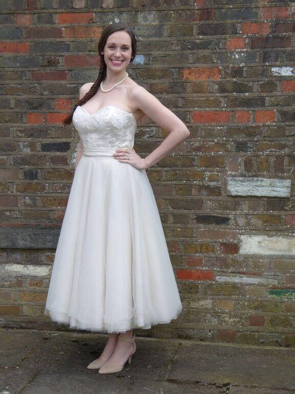http://www.weddingdresssamplesale.com